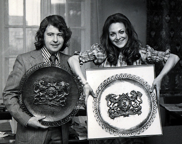 http://irenajarocka.pl/webdocs/image/2019/KG/Irena-Marian-Zacharewicz-z-nagroda-talerzami-Glosu-Wybrzwza-1974.jpeg