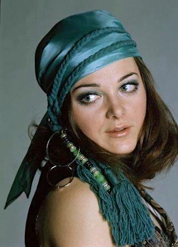 http://irenajarocka.pl/webdocs/image/2019/KG/Irena-Paryz-1968-w-chustce-kolorowe.jpeg