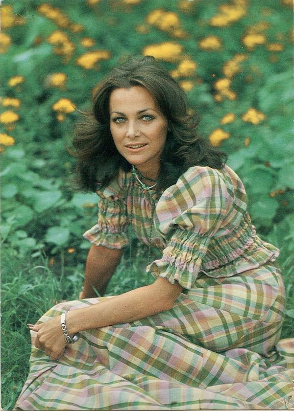 http://irenajarocka.pl/webdocs/image/2019/KG/Irena-pocztowka-1975-na-zielonej-trawie.jpeg