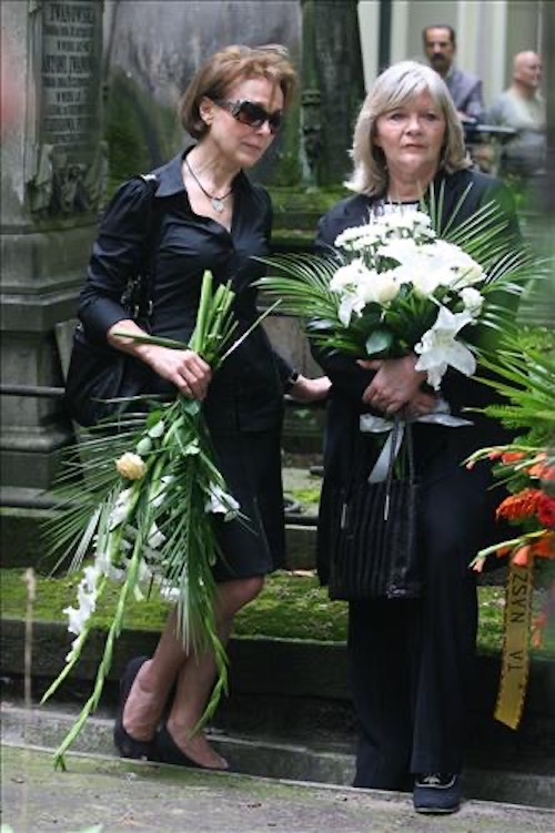 http://irenajarocka.pl/webdocs/image/2019/KG/Pogrzeb-Katarzyny-Sobczyk-Powazki-Irena-i-Elzbieta-Igras-05-08-2010.jpeg