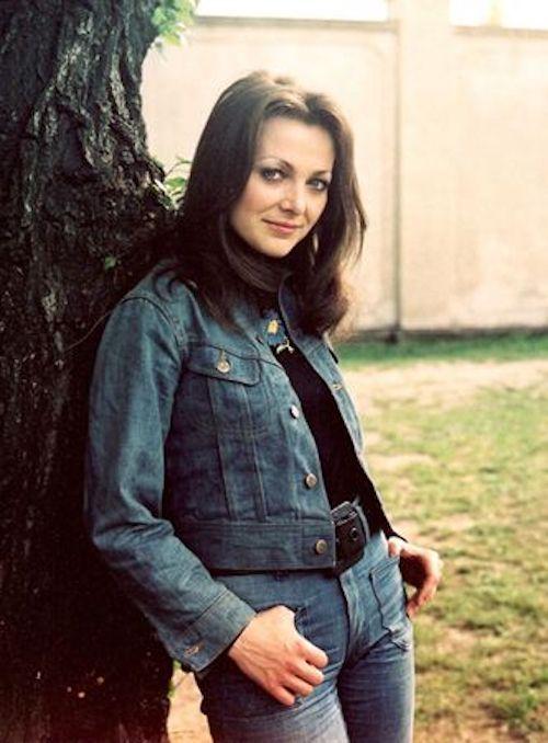 http://irenajarocka.pl/webdocs/image/2021/KG/Irena-przy-drzewie-fot-Marek-Karewicz-1974.jpg