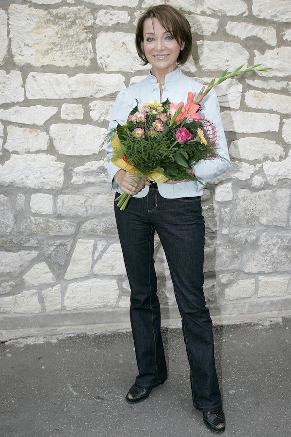 http://irenajarocka.pl/webdocs/image/2021/KG/Irena-z-kwiatami-na-tle-sciany-z-bialych-cegiel-08-2008.jpg