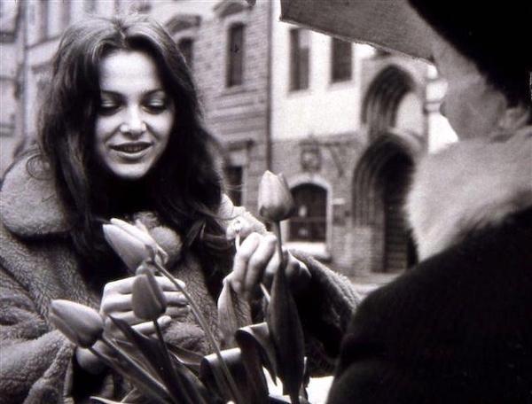 http://irenajarocka.pl/webdocs/image/2021/KG/Irena-z-tulipanami-na-rynku-1973-2.jpeg